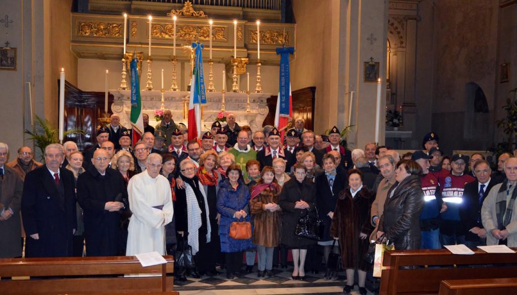foto di gruppo dinanzi all'altare
